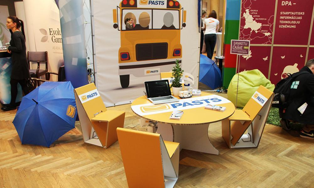 Individuāla kartona mēbeles ar apdruku Latvijas Pasta vajadzībām